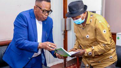 Photo of RDC : Un lot d'ouvrages sur le changement des mentalités du Professeur Nkere offert à l'Assemblée nationale